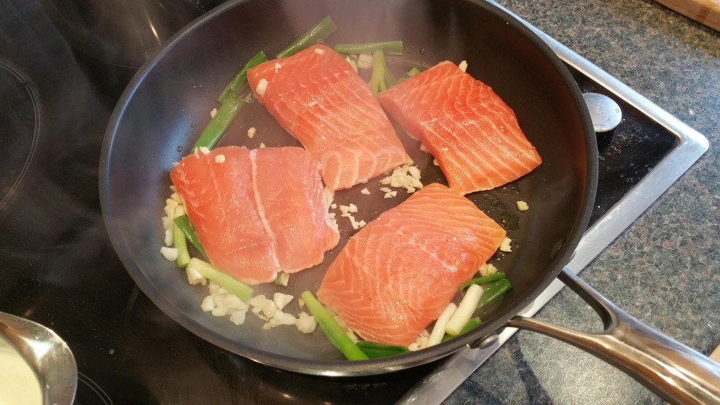 Fry the salmon darnes in some oil, season with salt and pepper